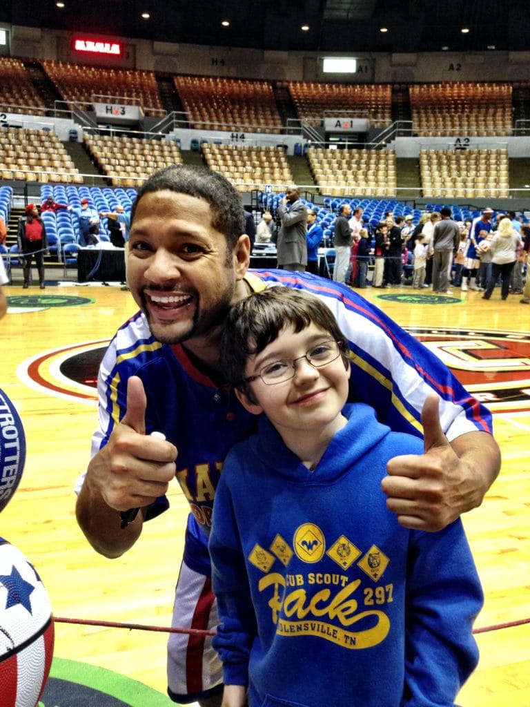 cub scouts at harlem globetrotters for summertime pack award
