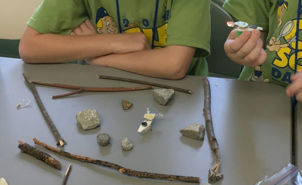 arena robot pramuka batu dengan batu