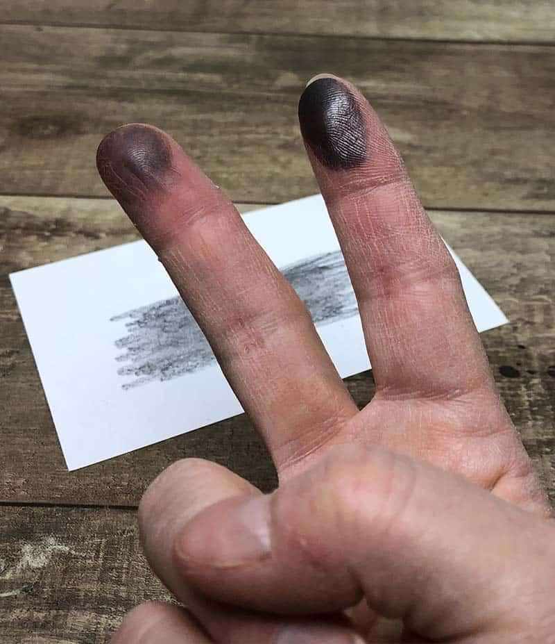pensil grafit di jari untuk aktivitas sidik jari